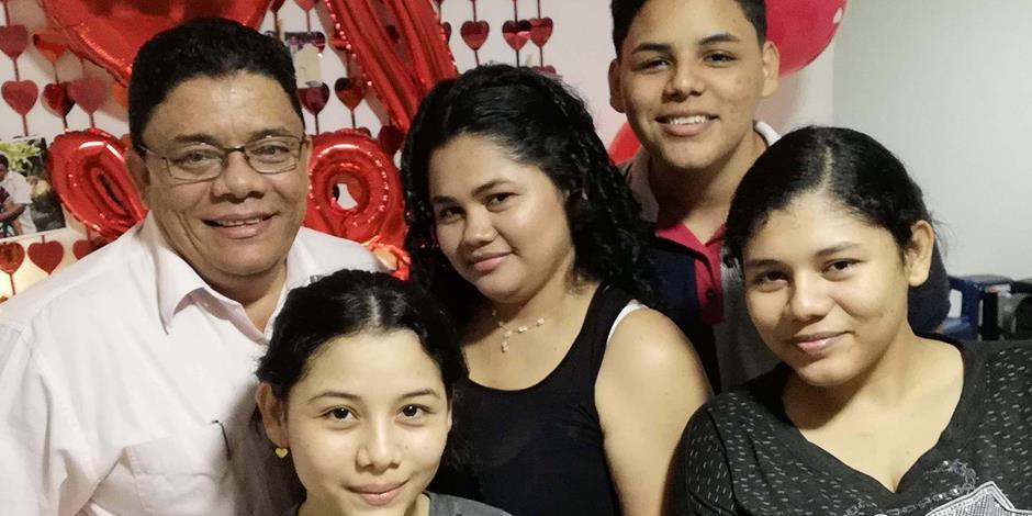 Pastor Alberto och hans familj.