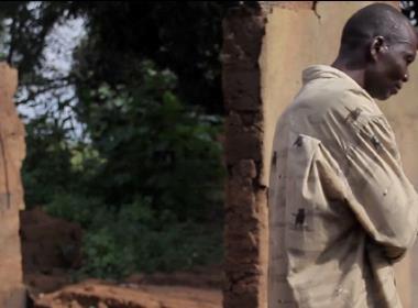 Pastor Jeremiah inspekterar skadorna på det som tidigare var hans hem.